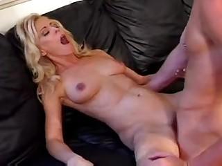 Порно видео с белокурой жаркой милфой