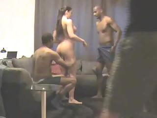 Белый парень в чёрном квартале трахает свою жену вместе с неграми