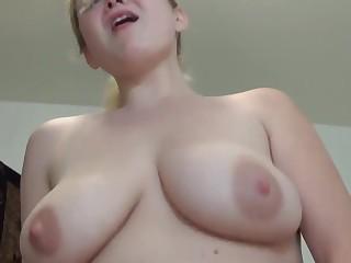 Реальное домашнее порно с грудастой соседкой на кровати