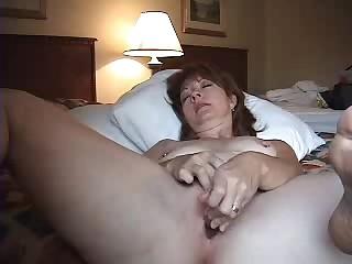 Новая игрушка доставляет женщине приятных ощущений в постели