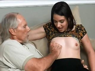 Лысый старик опробовал молодую квартирантку в мохнатую щель