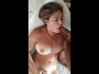 Голая жена снимает частное порно и аккуратно берет в рот