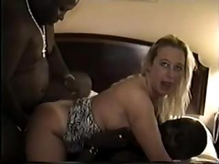 Два чёрных мавра с двух сторон засадили неопытной блондинке в ротик