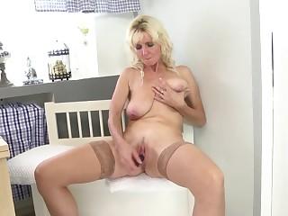 Блондинка в чулках мастурбирует пизду самотыком соло