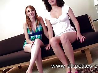Пара подружек при встрече занимается лесбийским сексом