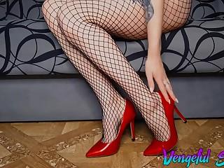 Русский фут-фетиш, красотка соблазняет ножками в красных туфлях