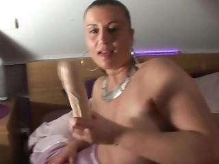 Сисястая 40 летняя нимфоманка сует в бритую пизду огромный резиновый член