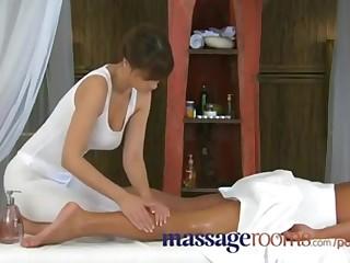 Новенькая 20 летняя профессионалка аккуратно ласкает член, делая секс массаж