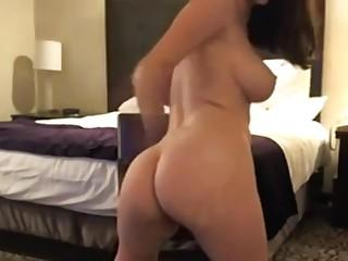 Милая нимфоманка в очках снимает своё домашнее частное любительское порно, мастурбируя киску